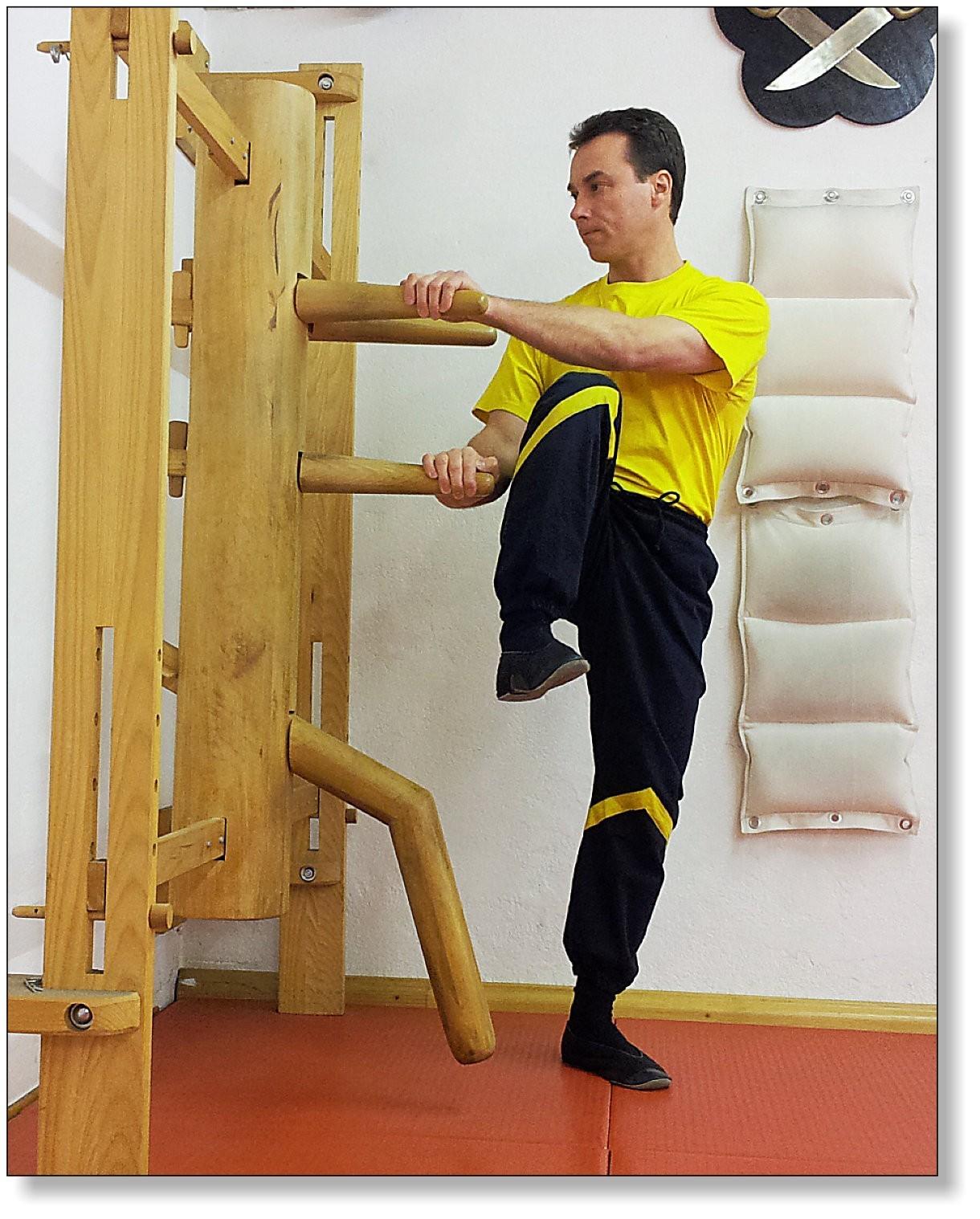 Das Training an der Wing Tsun Holzpuppe ermöglicht das Üben auch gefährlicher Techniken