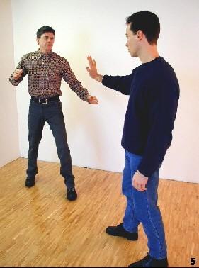 Körpersprachlich Grenzen setzen - der Angreifer weiß, dass Sie Ihren Freiraum verteidigungen werden.