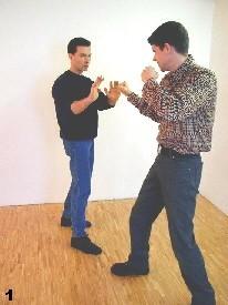 Der Gegner nähert sich - Sifu Dragos hält seine Arme schützend vor dem Körper