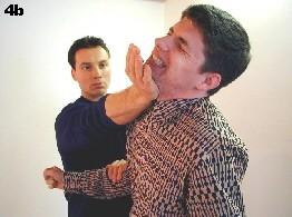 Bei der Spatenhand trifft die Handkante und Wurzel des Handgelenks den Halsansatz des Gegners. Aufgrund der physiologischen Anpassung der Struktur findet eine optimale Kraftübertragung statt.