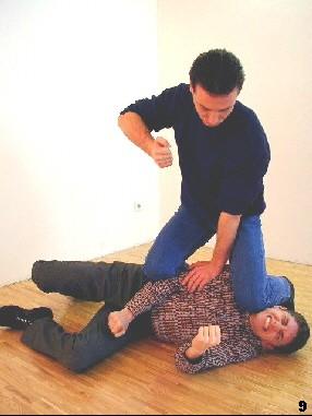 In kniender Haltung lässt sich der Gegner gut kontrollieren, da wir hierbei unser Körpergewicht einsetzen können. Es folgen ggf. Finalschläge.