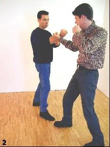 Sifu geht dem Arm des Gegners durch eine Fauststoß entgegen