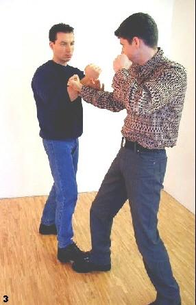Sifu Dragos drückt den Arm des Gegner mit Hilfe der Pak-Sao (übersetzt