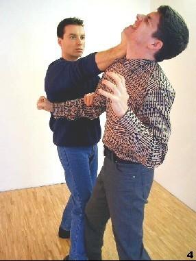 Der Gegnerische Arm wird kontrolliert, so dass Sifus Schlag den Kopf des Gegners erreicht