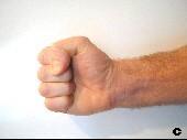 Daumen stabilisiert Mittel- und Zeigefinger