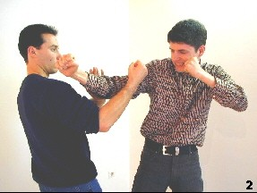 Der Gegner führt einen Schlag mit seiner Führhand aus