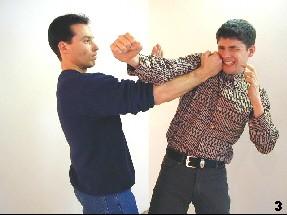 Sifu Dragos führt den Schlag mittels Pak-Sao vorbei und trifft den Gegner mittels Fauststoß am Kopf