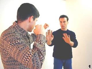 Wing Tsun Selbstverteidigung Gratis Kurs - Sifu Dragos hält seine Arme schützend vor dem Körper
