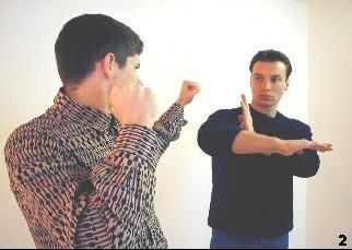 Wing Tsun Selbstverteidigung Gratis Kurs - Sifu verändert seine rechte Hand in eine horizontale Haltung