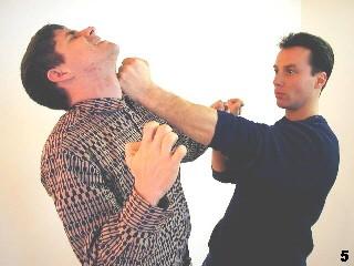 Wing Tsun Selbstverteidigung Gratis Kurs - Sifu Dragos setzt mit einem Faustschlag fort