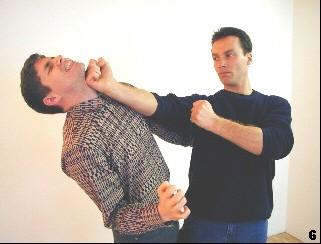 Wing Tsun Selbstverteidigung Gratis Kurs - Der zweite Fauststoß lässt beendet die Partie.
