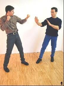 Wing Tsun Selbstverteidigung Gratis Kurs -Sifu nimmt seine Arme schützend vor den Körper