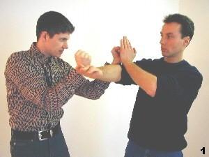 Wing Tsun Selbstverteidigung Gratis Kurs - Bild 1 - Gegner reagiert auf unseren Fak-Sao durch Blockade