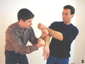 Wing Tsun Selbstverteidigung Gratis Kurs - Sifus Arm fließt in die entstehende Lücke