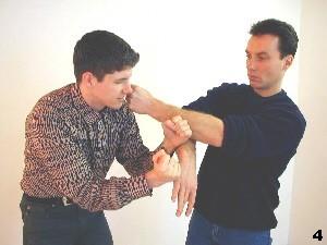 Wing Tsun Selbstverteidigung Gratis Kurs - Der in die Lücke fließende Arm übernimmt die Kontrolle
