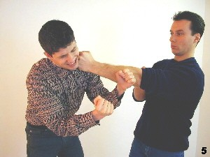 Wing Tsun Selbstverteidigung Gratis Kurs -Der Gegner wird empfindlich getroffen