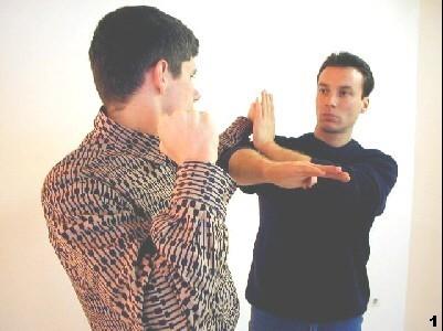Wing Tsun Selbstverteidigung Gratis Kurs - Sifu geht gedeckt vor und leitet die Verdrängung der gegnerischen Führhand ein