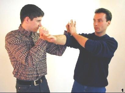 Sifu versucht die linke Führhand des Gegners zu verdrängen