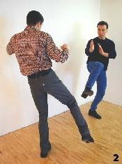 Der Gegner setzt zum Tritt an - die passive Verformung Bong-Gerk entsteht