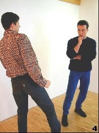 Gegnerische Absicht ist noch ungewiss - Sifu bereitet vor, indem er sein rechtes Bein nach vorne stellt