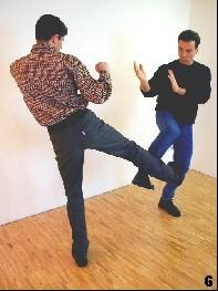 Sifu Martin reagiert im letzten Moment mit dem Anheben seines Beines - der passive Deckungsschutz Bong-Sao entsteht