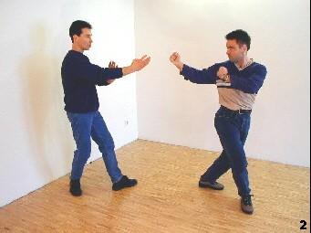 Der Gegner erreicht die kritische Distanz einer Beinlänge - Sifu Dragos stört das Timing des Gegners, indem er einen Schritt vorgeht.