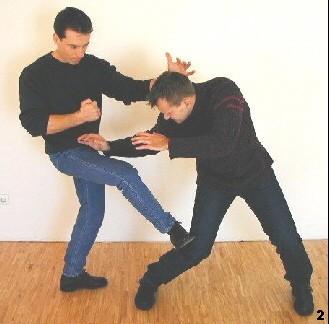 Bild 2 - aufgrund des geringen Platzangebots führt Sifu einen kreuzenden Tritt zum vorderen Bein des Gegner aus