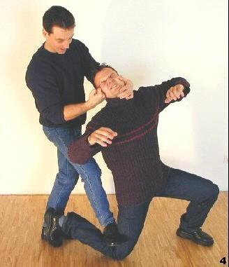 Sifu reißt den Angreifer zusätzlich an sich heran und führt einen Schlag zum Kopf des Angreifers aus.