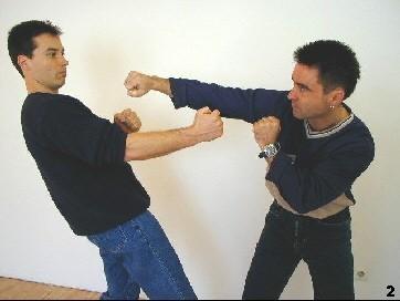 Sifu Dragos lässt den Schlag des Gegners durch eine Pendelbewegung ins Leere gehen