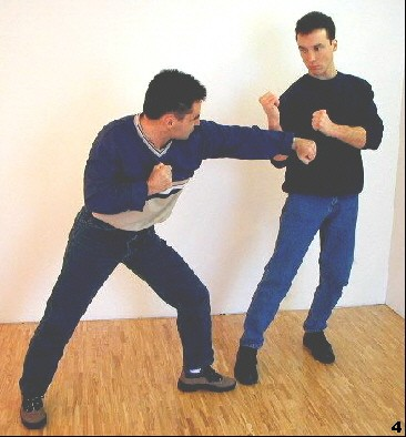 In diesem Beispiel schütz sich Sifu Dragos in frontaler Relation zum Gegner