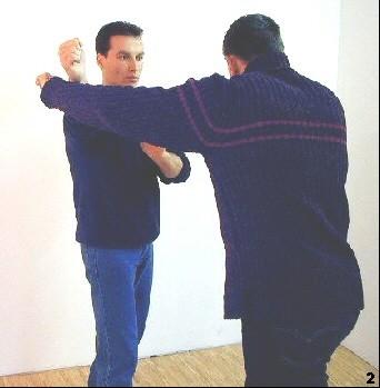 Sifu Dragos lenkt den Schlag das Angreifers durch einen Innenfauststoß ins Leere