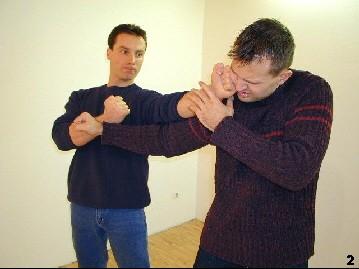 Ablenken  - Sifu Dragos lenkt den Schlag des Gegners mit einem Faustsoß von außen an sich vorbei