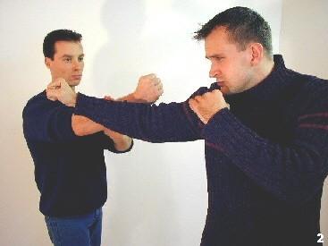 Verdrängung - Sifu Dragos lenkt die rechte Gerade des Gegners durch einen verdrängenden Schlag ins Leere