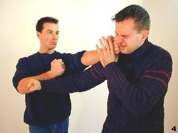Sifu setzt weitere Fauststöße ein, um den Gegner zu irritieren.