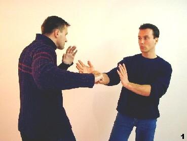 Annäherung - der Gegner holt rechts zum Schlag aus