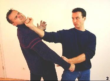 Bild 2 - Sifu leitet den tiefen Schlag des Gegners mittels Gan-Sao ins Leere, während zeitgleich sein Schlag den Gegner trifft.