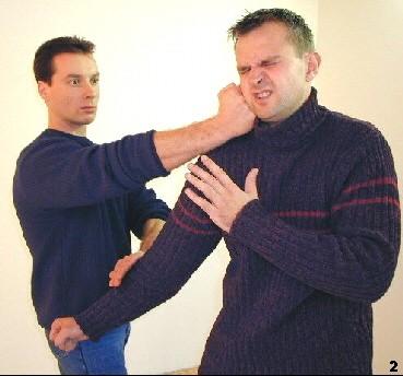 Sifu lenkt dem Arm des Gegners mittels Gam-Sao nach unten und kontert mit Faustschlag