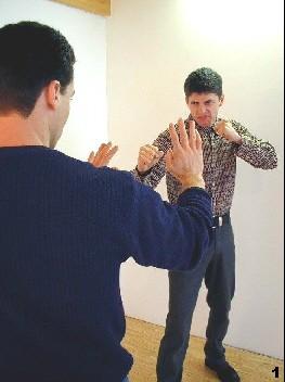 Der Gegner nähert sich und setzt rechts zum Schlag an