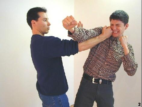 Sifu lenkt den Schlag des Gegner mit Hilfe der Pak-Sao-Technik vorbei und schlägt von der Innenseite zum Kopf des Gegners.
