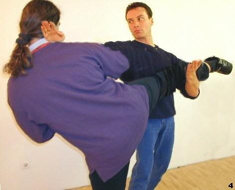 Mit Hilfe der hebenden Bewegung Lau-Sao wird das Bein seines Gegners eingefangen, so daß Sifu eine Fak-Sao-Technik folgen läßt.