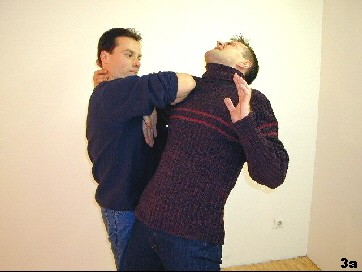 Sifus Kap-Jarn-Ellbogen trifft den Gegner zuvorkommend.