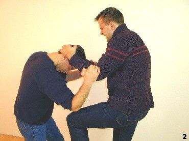 Der Gegner führt einen Kniestoß aus, doch Sifu Drago schützt sich durch einen Abwärtsellbogen