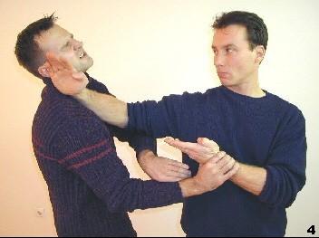 Sifu führt einen diagonale Fak-Sao zum Hals des Gegners aus