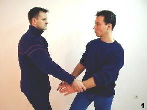 Der Gegner greift Sifu Dragos Hände in tiefer Position