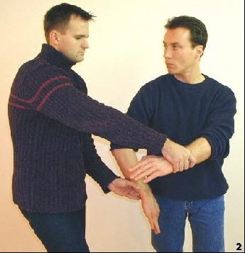 Sifu führt diagonalen Ellbogen (Kwai-Jarn) aus, um sich aus dem Griff des Gegners zu befreien