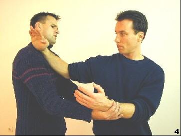 Sifu kontrolliert den Arm des Gegners durch den Ellbogen seines diagonalen Fak-Sao - der Gegner wird getroffen.
