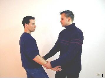 Der Gegner hält Sifu Dragos Arme mit weitem Abstand