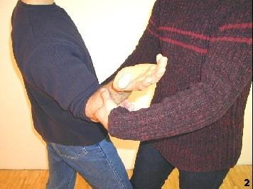 Sifu setzt dreht sein Handgelenk nach oben und dein Ellbogen einwärts, um sich aus dem Griff zu befreien