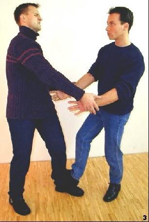 Der Gam-Sao-Stampftritt lenkt die Aufmerksamkeit des Gegners auf den Schmerz. Der Griff löst sich.