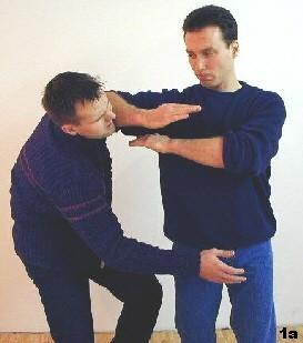 Nach erfolgter Grifflösung setzt Sifu Dragos mit Ellbogenschlag nach